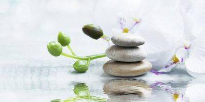 52072381-spa-stilleven-met-massage-stenen-witte-orchidee-op-het-water-reflectie